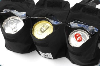 350mlの缶飲料が3缶も収納でき、1ポケットづつに嬉しい保冷剤スペース付き。いつでも冷えた飲み物が楽しめる。