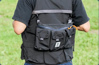 「TEBURA BAG」は「TEBURA VEST」に装着可能。合わせると缶飲料がなんと6本が、手ぶらで持ち運び可能。